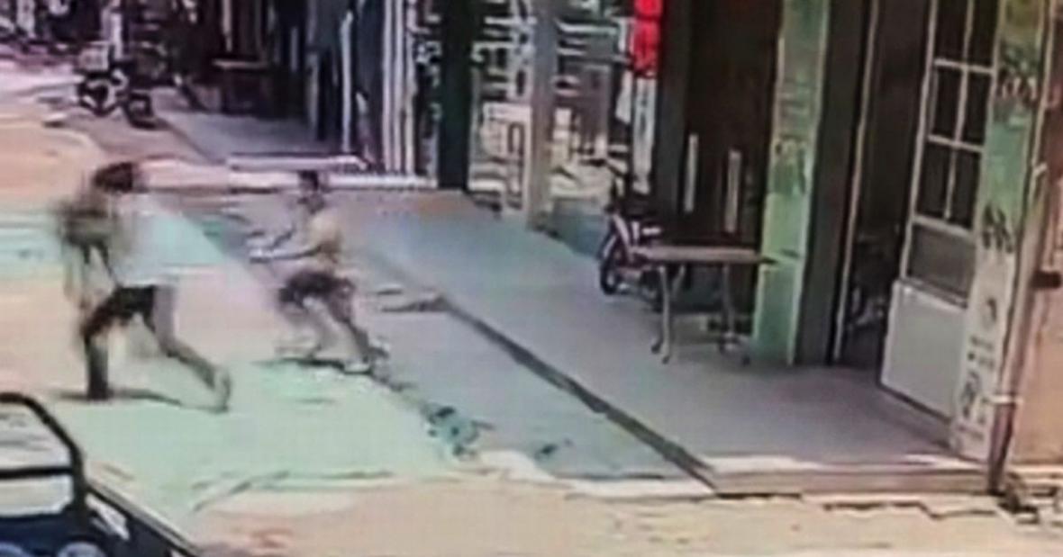 لحظه ربوده شدن کودک در مقابل رستوران پدرش